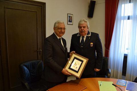 Il Presidente Cav. A. Botteghelli consegna la targa commemortiva dei 150 anni al Prefetto Dott. Giacchetti