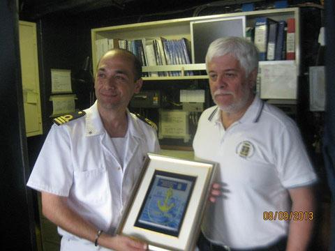 Vice Pres. F. Botteghelli consegna Crest al Comandante .