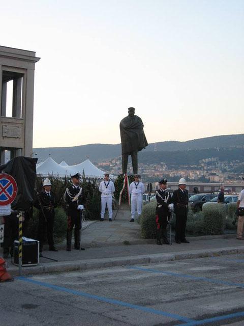 Schieramento davanti monumento.