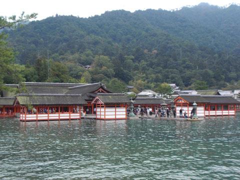 満潮の海に浮かぶ厳島神社