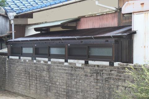 全長約6mある特殊な下屋、アルミサッシュには網戸も取付けて本格的に。
