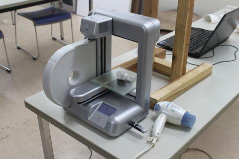 180mm以下の立方体が打ち出せる。いま話題の3Dプリンタ(15、6万円程度)