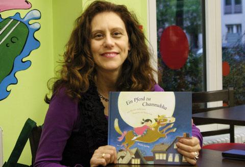 Myriam Halberstam mit dem ersten Buch aus ihrem Ariella-Verlag.
