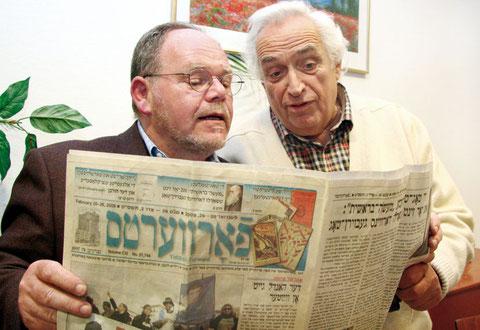 Lesen gerne jiddische Zeitungen: Majer Szanckower und Samuel Weinberger im  Frankfurter Jiddisch-Club.