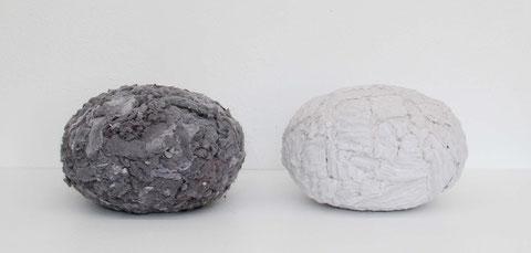 Paar (anonym), je 40 cm Durchmesser, Objekte umhüllt mit Wäschetrocknerflusen, 2011