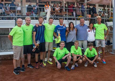 Siegerehrung mit den Organisatoren und den Finalisten