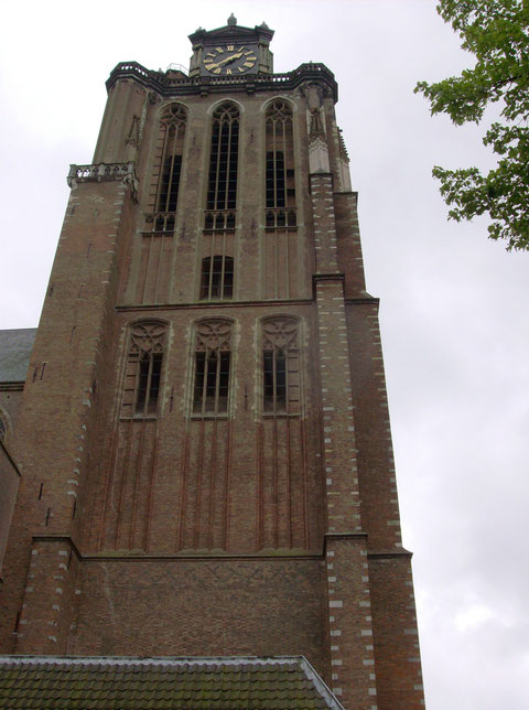 Onze winkel bevind zich vlak bij de Grote kerk van Dordrecht.