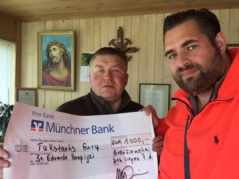 Spendenübergabe an Pfarrer Raimundas (Pfarrei des Hl. Edvard)