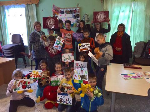 Die Kindergruppe des Kindertageszentrums nach der Renovierung der Küche