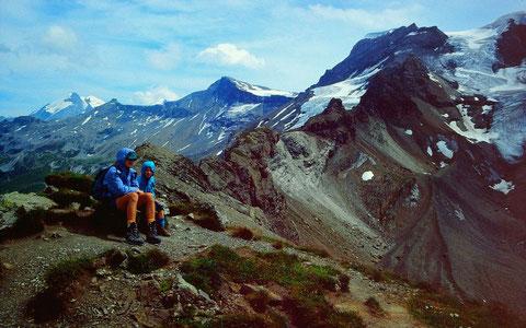 Stürmischer Wind am Ammertenpass. Blick  auf den Wildstrubel mit dem durch den Ammertengrat geteilten Gletscher