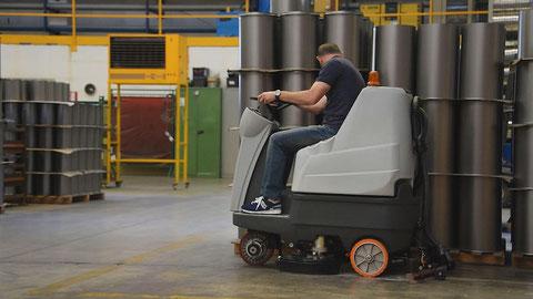 Maquinaria industrial para la limpieza de suelos de resina en la empresa