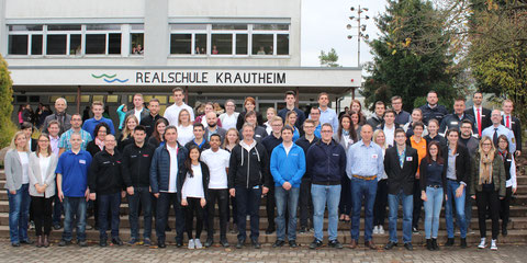 Schulleitung sowie verantwortliche Lehrer mit Bildungspartnern und weiteren Ausstellern an der Jobs-4-U-Messe der Realschule Krautheim