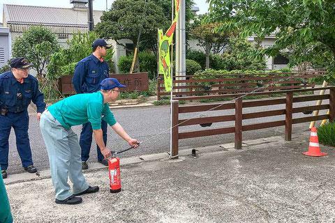 消防士さんの指導で水消火器で放水の訓練。