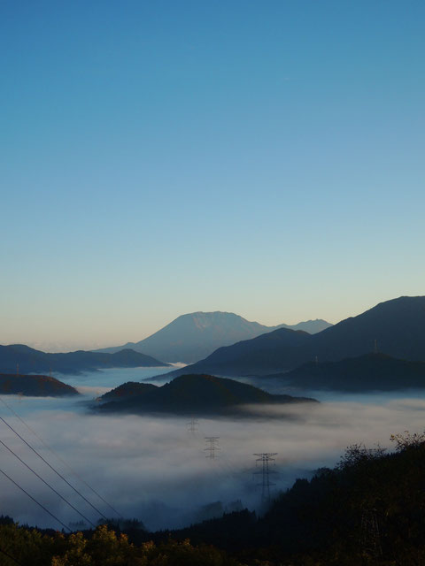 明智峠から。雲海に浮かぶ如くの大山。