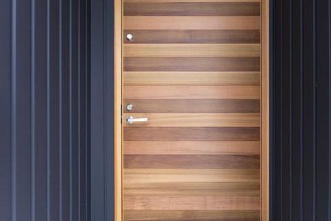 ハコイエの木製玄関ドアの画像