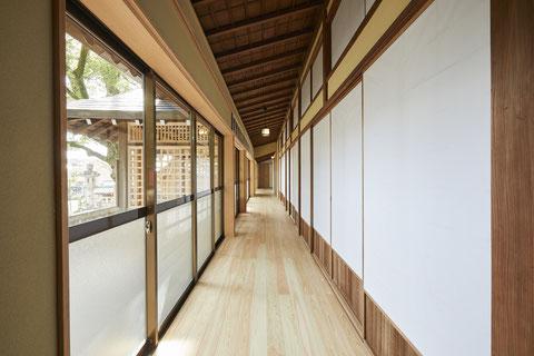 美しいまっすぐ伸びた廊下