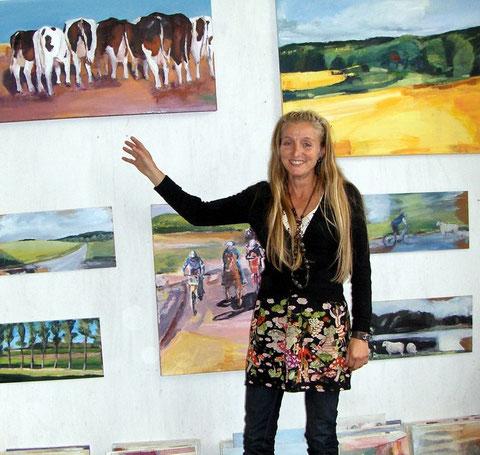 Sabine Wenig in einer Ausstellung vor ihren Bildern