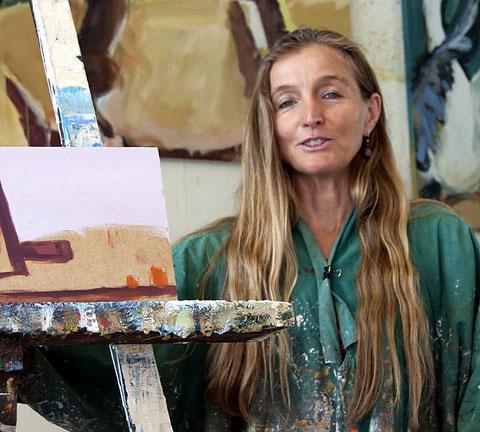 Sabine Wenig beim Malen in ihrem Bielefelder Atelier