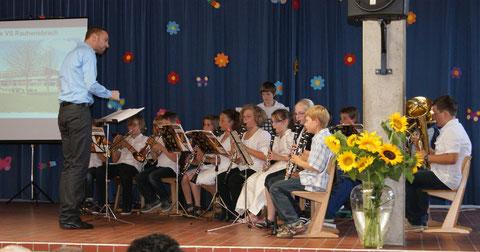 Gewachsen aus den Bläserklassen der Grundschule ist das Nachwuchsorchester Rauhenebrach, das unter der Leitung von Markus Müller beim offiziellen Festakt brillierte und viel Applaus bekam.