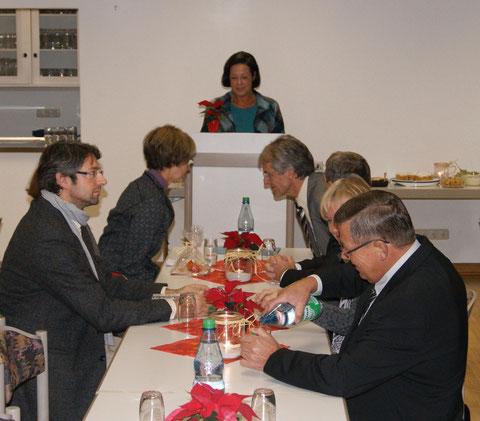Lenore Klaus begrüßt die Festgäste im Feuerwehrhaus in Untersteinbach