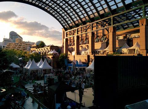 恵比寿ガーデンプレースのアーケードに夕陽が差し込む。