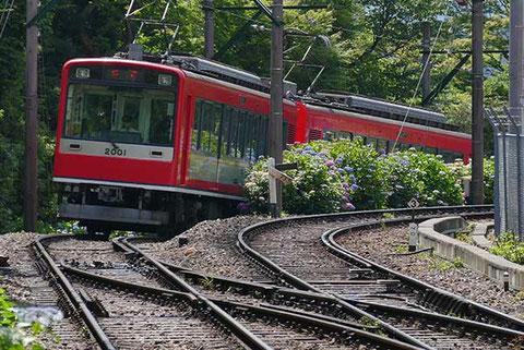 箱根湯本から2つ目の駅はスイッチバックで上下線が連絡して行き交う大平台駅。
