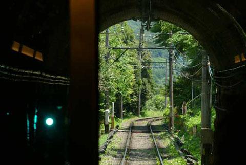 急カーブとトンネルが連続する登山鉄道。