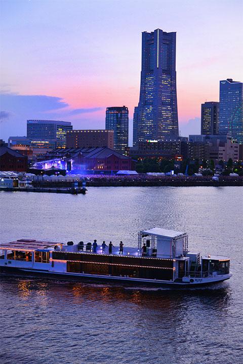 ライブクルーズ船と夕焼けのランドマークタワー。赤レンガ倉庫でもライブが開催されている。