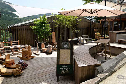 宮下駅前のNARAYA CAFEは足湯に浸かりティータイムができる。