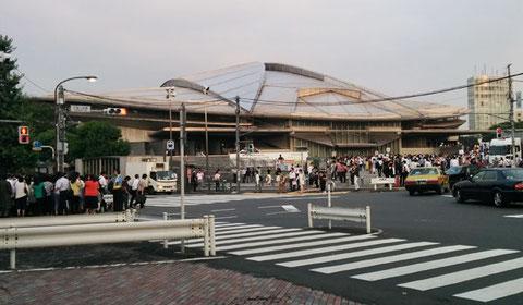 千駄ヶ谷駅から東京体育館に続くアリの行列。