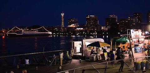 大桟橋から見えるマリンタワーと氷川丸の眺めも港ヨコハマならでは。