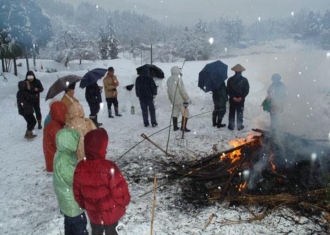 お開きのころ 皆が雪の集落を見ていた 今では集落には子供は一人もいない という