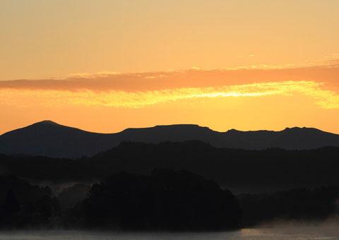 雲光る 撮影場所:裏磐梯桧原湖 吾妻小富士から陽の出を待つ、3回目にしてようやく撮れました