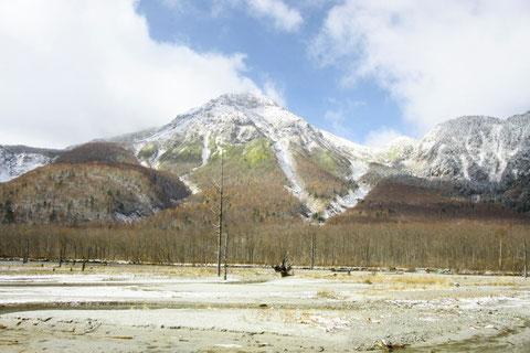 初雪の大正池 早朝、晴れ間に焼岳が顔を出した