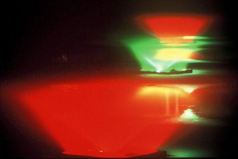 夏の夜 夜のお堀に光の噴水 何とも言い難い光景であった