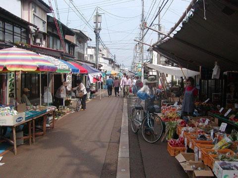高田の朝市です。2と7の日、4と9の日に開かれます