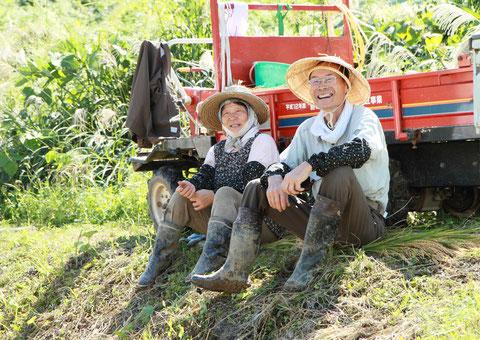 百笑 撮影場所:清里区 収穫の喜びに笑顔の夫婦