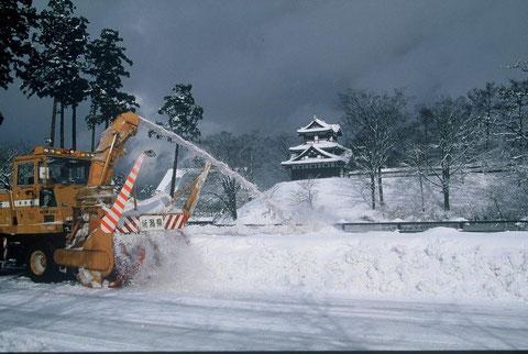 除雪機と高田城 以前より狙っていた除雪機と城の光景のチャンスがやってきた
