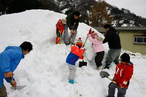 雪遊び ファミリーが集まり何を作るのかな?