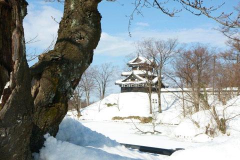 三層隅櫓 雪深い三層櫓 やがて春の賑い直ぐそこに