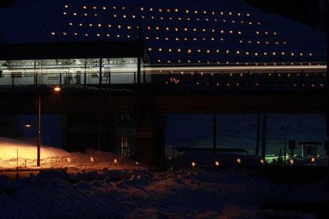 大島駅 ほくほく線大島駅が雪蛍の中に浮かぶ