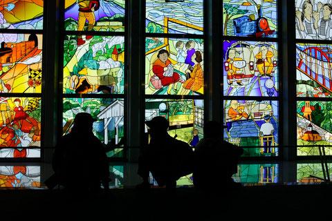 想う ステンドグラスに描かれた様々な鉄道の絵  見る人の思いも様々