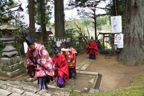 《宮司さんたちの登場》 その昔、祭りの日にはこの参道に露店が立ち並んだそうだ
