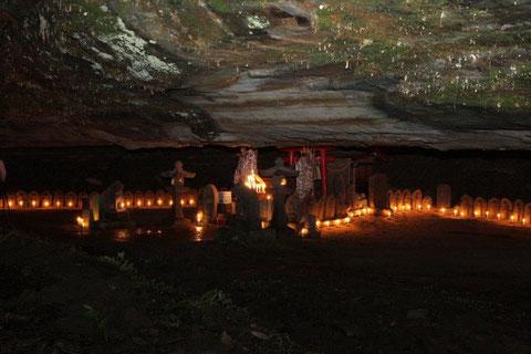 板山不動尊 洞の石仏群 蝋燭の灯に揺れ 往時をを偲ぶ