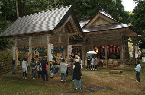 別棟の舞台を持つ神社は 村の自慢だ