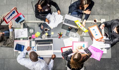 une équipe marketing et communication autour d'une table