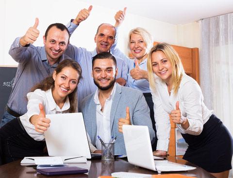 une équipe marketing et communication heureuse et satisfaite