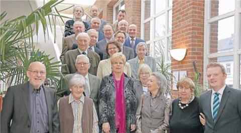 Der CDU-Parteivorsitzende Klaus Plonka (li.), die Kreisvorsitzende Marie-Luise Fasse (Mitte) und der stellv. Parteivorsitzende Karsten Holderberg (re. außen) mit den Jubilaren der CDU Neukirchen-Vluyn. RP-FOTO: HUK