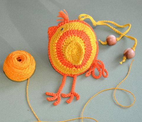 Цыпленок,вязаная игрушка с бубенчиком,слингоигрушка-370 руб.,в комплекте с бусами - 340 руб или при покупке от трех игрушек - цена 340 руб.