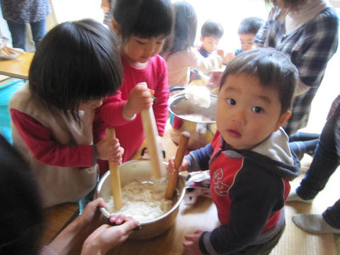 炊きたてのもち米を捏ねておもち作り